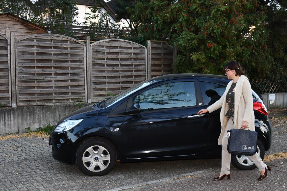 Frau möchte ins Auto einsteigen