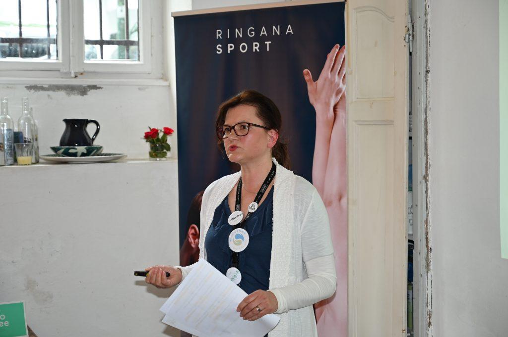Alexandra präsentiert vor einem RINGANA Rollup